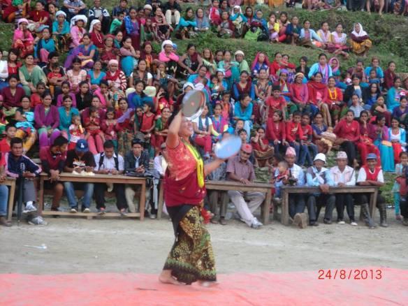 थाली नृत्य देखाउदै- दिलकुमारी राम्जाली-२